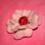 Brosa handmade – fetru – alba cu roz.