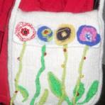 Geanta tricotata – messenger – alba cu flori multicolore