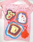 Geanta crosetata roz cu aplicatii multicolore