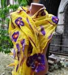 Esarfa handmade – galbena cu flori mov