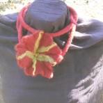 Colier handmade – floare rosie